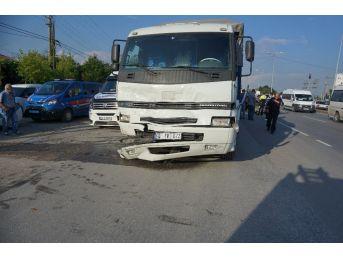 Kamyon Işıklarda Duran Otomobile Çarptı: 3 Yaralı