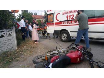 Sakarya'da Motosiklet İle Otomobil Çarpıştı: 2 Yaralı