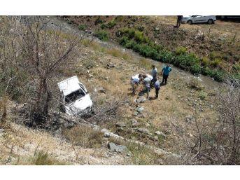 Otomobil 20 Metre Yükseklikten Dere Yatağına Uçtu: 3 Yaralı