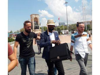 (özel) Otellere Sahte Dolar Pazarlayan Nijeryalı Dolandırıcı Yakalandı