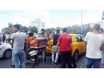 (özel) Taksim Meydanı'nda Taksicilerle Kuryenin Kavgası Kamerada