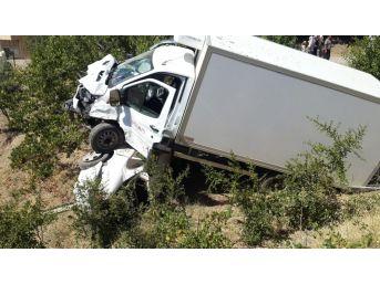 Kamyonet Otomobilin Üzerine Çıktı: 4 Ağır Yaralı