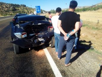 Otomobil İle Minibüs Çarpıştı: 4 Yaralı