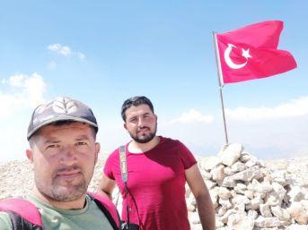 Şehitler İçin 3024 Rakıma Türk Bayrağı Dikti
