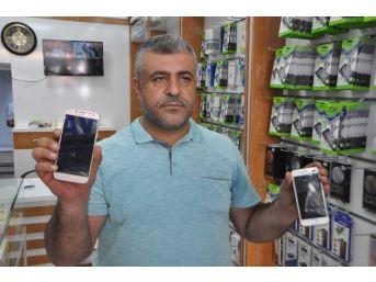 Abd Ürünü Cep Telefonunu Çekiçle Kırdı