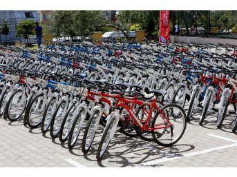 Şahin, Okul Birincilerini Bisikletle Ödüllendirdi