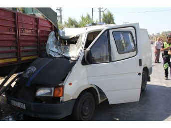 Minibüs Park Halindeki Tıra Çarptı; 1 Yaralı