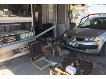 Kontrolden Çıkan Otomobil Lokantaya Daldı