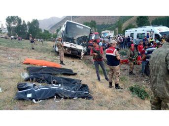 Ak Parti Üyelerini Taşıyan Otobüsle Otomobil Çarpıştı: 4 Ölü, 13 Yaralı
