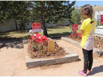 Şehit Bebeğin Ve Annenin Mezarında Hüzünlü Arefe