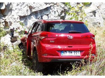 Kayalıklara Çarpan Otomobilin Sürücüsü Yaralandı
