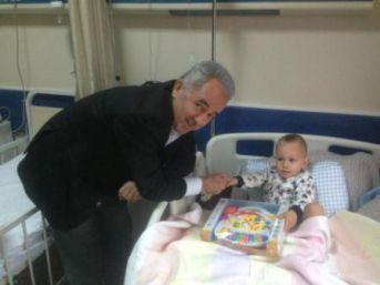 Çocuk hastalara oyuncak dağıttı